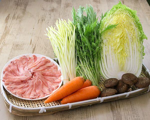 黄ニラ、豚肉,野菜のカゴ盛り写真